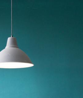 Lampe suspendu au plafond derrière un fond bleu