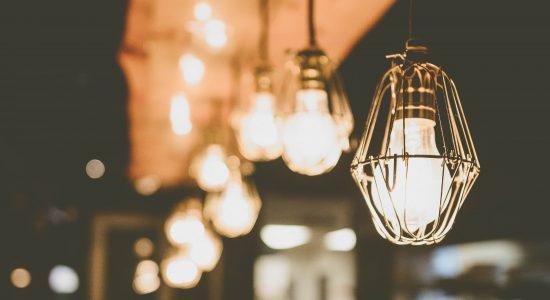 Enfillade d'ampoules à filament dans sur un comptoir